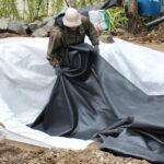 Bassinfolie lægges på fibertæppe - underlagsdugen