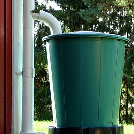 Regnvandstønde med vand